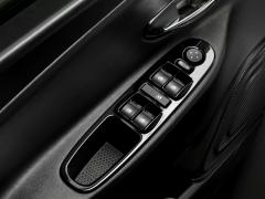 Platine noir brillant sur les commandes de lève-vitres pour Lancia Ypsilon