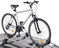 Porte-vélo sur barres de toit pour voiture